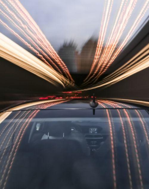 Image d'une voiture en mouvement