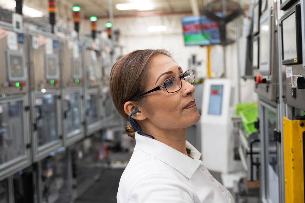 a Valeo employee in Mexico San Luis Potosi