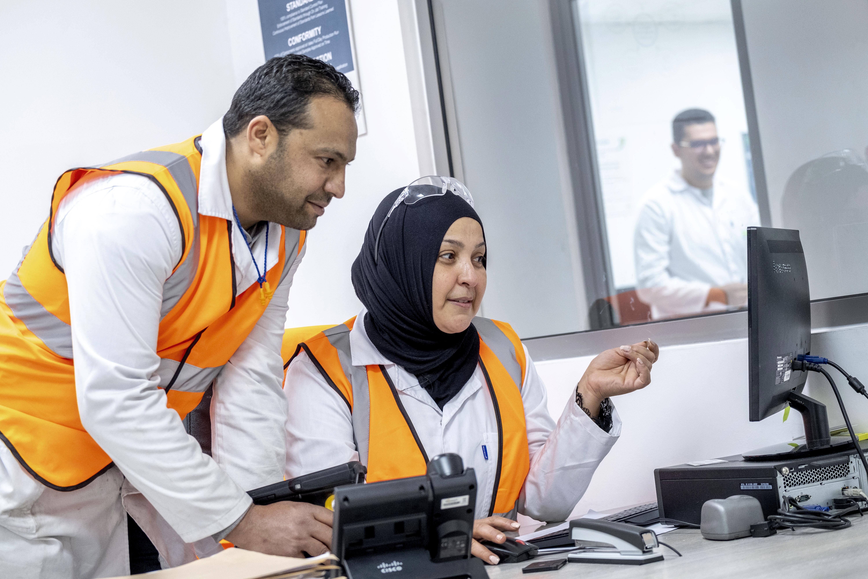 Deux employés Valeo dans une usine à Jedeida en Tunisie