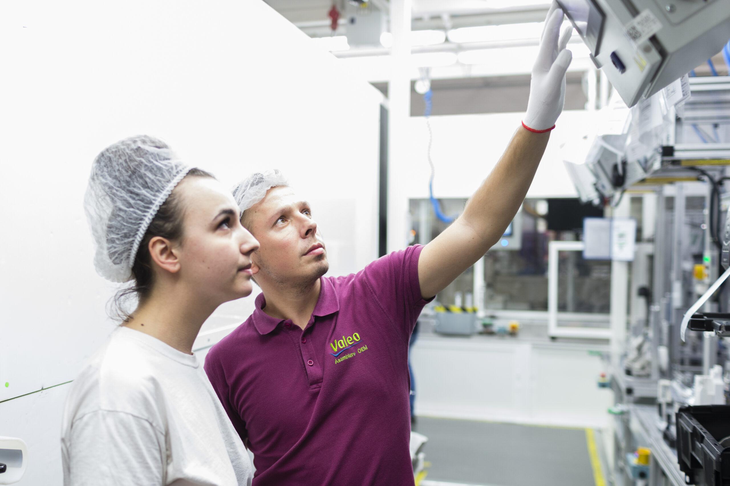 Zwei Angestellte führen Qualitätskontrolle durch