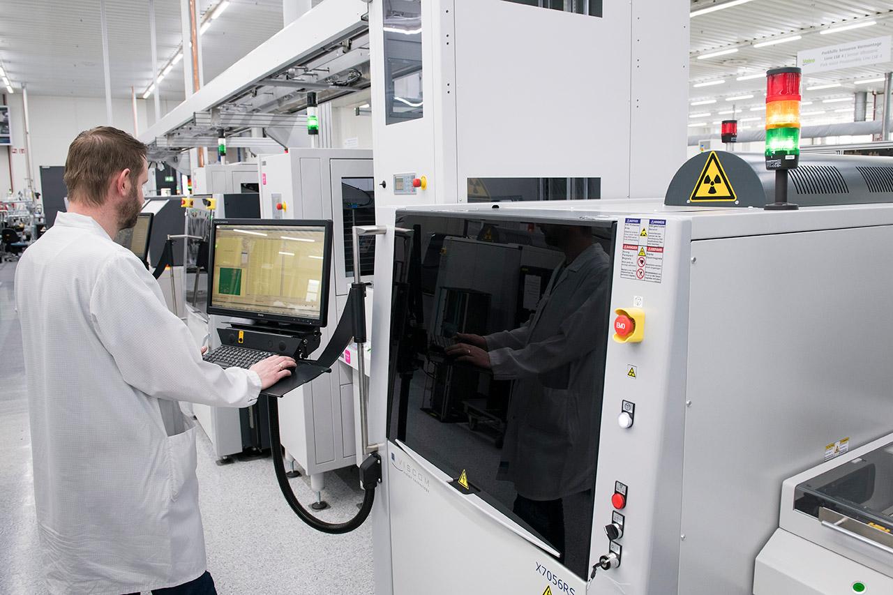 Testingenieur führt Produkttest durch