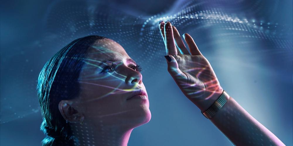 Frau umgeben von Technologie