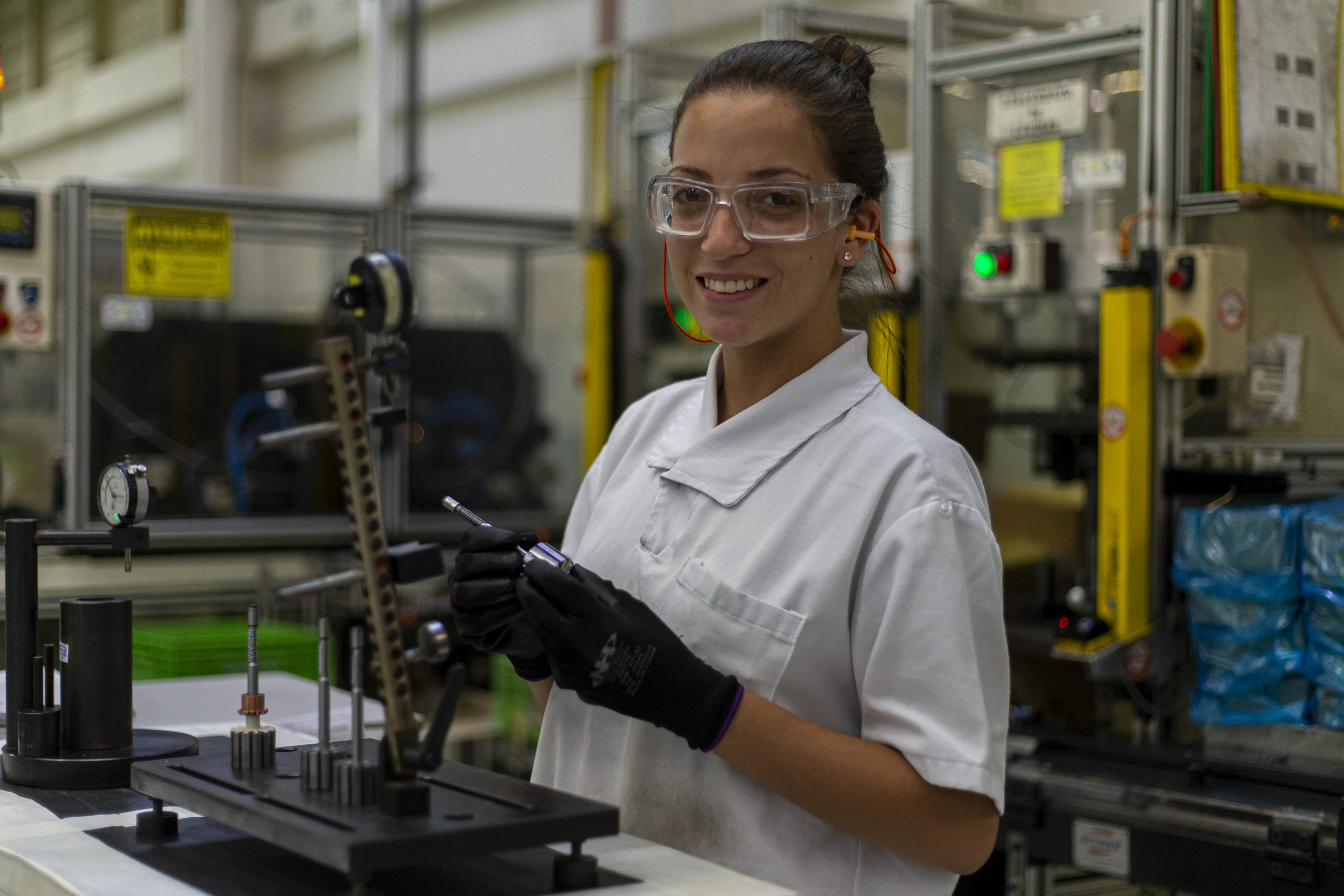 Lächelnde Mitarbeitende in der Produktion