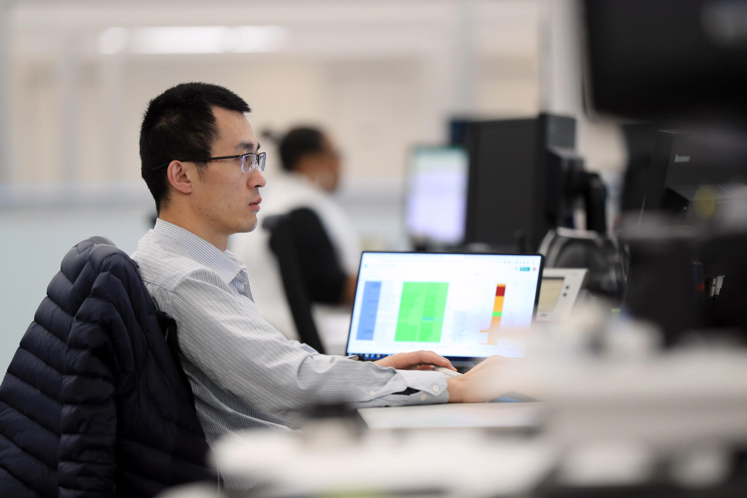 Mitarbeitender arbeitet am Computer